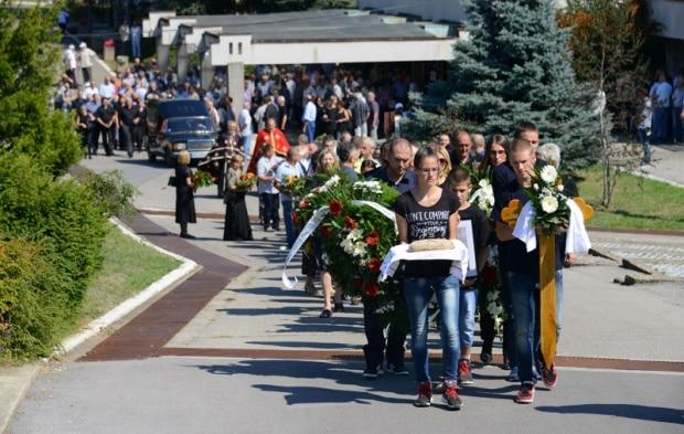 BIVŠI komandant Vojske Republike Srpske general-major Mile Mrkšić sahranjen je na beogradskom groblju Lešće. Srpski general umro je tokom odsluženja kazne Međunarodnog suda za ratne zločine, u Lisabonu, pre 13 dana, a sahranjen u svojoj domovini - bez državnih počasti, bez vojničkog marša i srpske zastave na kovčegu.