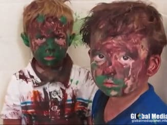 kids-play-with-paint-a-get-it-all-over-their-faces-%e4%b8%ad%e6%96%87%e5%ad%97%e5%b9%95-epic-video-678
