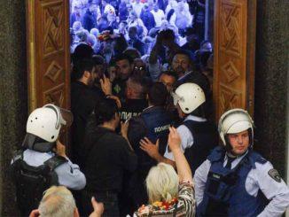 haos-u-makedoniji-sobranje-ispraznjeno-demonstranti-u-satorima-ispred-zgrade