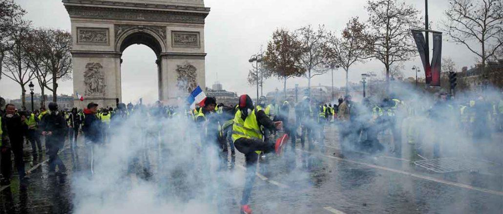 UNIŠTENA TRIJUMFALNA KAPIJA U PROTESTIMA U PARIZU: Napoleonu odrubljena glava, ŠTETA MILIONSKA! (PHOTO) - Francuska Revolucija 2. deo
