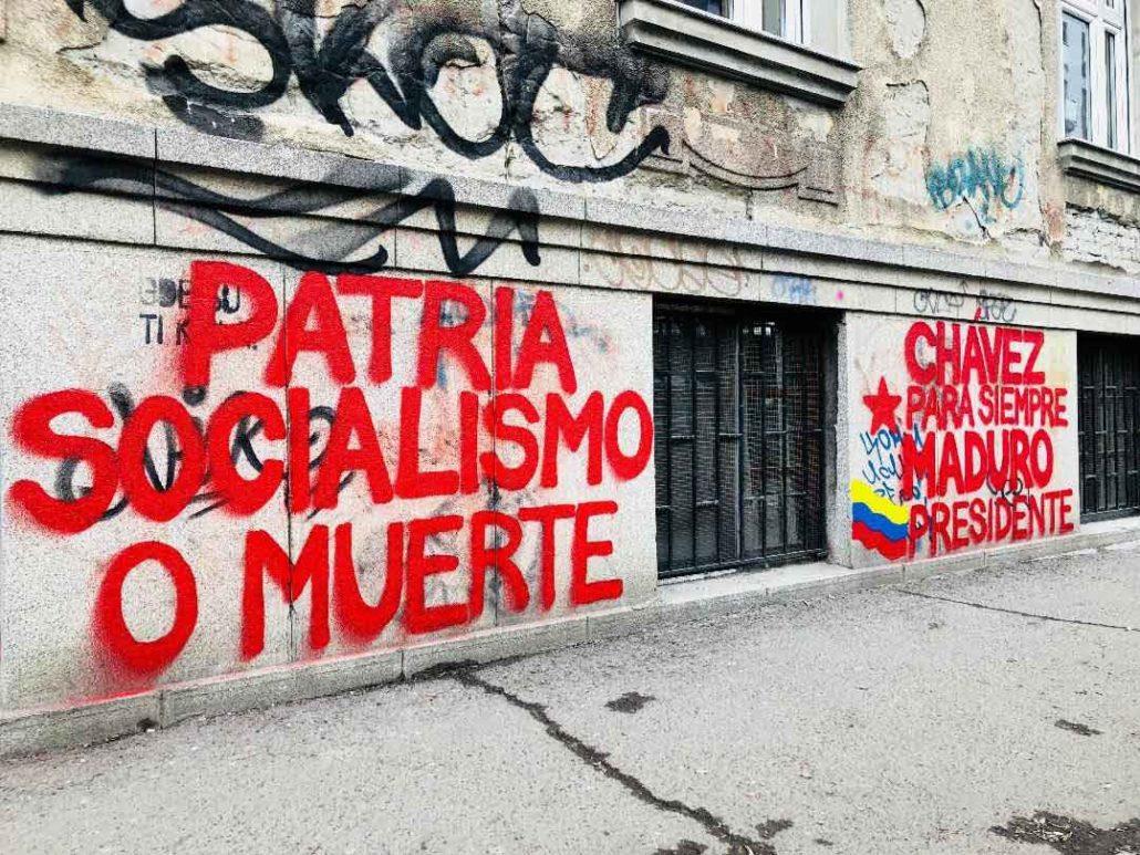 """Grafiti u Srbiji - podrška narodu Venecuele: """"Otadžbina ili smrt"""", """"Chavez Zauvek"""", """"Predsednik Maduro"""" samo su neki od grafita koji su preplavili Srpsku Atinu, Novi Sad."""